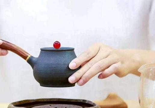 要沏出一杯色绿、香郁、味甘、形美的龙井茶,首先要选择符合标准的优质龙井茶,即干茶色泽要翠绿,外形要