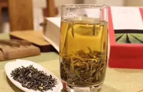 越来越多的人喜欢买茶叶送礼,因为聪明的人算了一笔账,茶,按斤买,论克喝,一斤可以喝几个月。烟呢,
