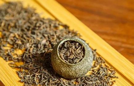 柑普茶和桔普茶的区别是什么?柑普茶是以新会柑的果皮与云南普洱熟茶相结合经过生晒后制成的茶品。柑普