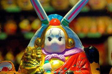 兔儿爷的来历  大约到了汉代,人们还传说,月亮里有一只玉兔在捣药。这是根据蟾蜍捣药演化而来的。蟾蜍形